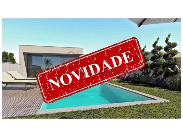 Moradia T3 Térrea com garagem, logradouro e piscina em Ca...