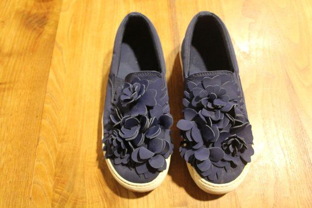 Um par de sapatos cor azul tam. 38 marca Zara