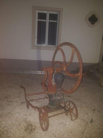 Antiga bomba de transfega ideal para decoração ou restauro