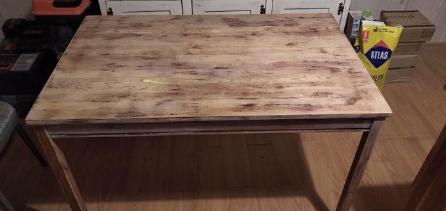 Stół do jadalni lub kuchni.