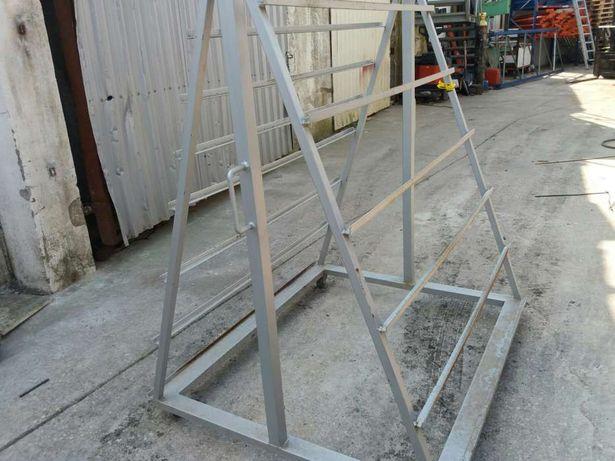 Cavaletes em ferro tem comprimento 1.30 altura 110