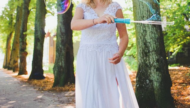 Suknia ślubna z rozporkiem, zwiewna