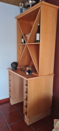 Móvel em madeira para bebidas