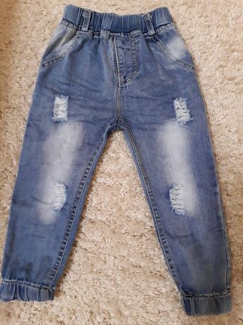 Продам джинсы рваные на девочку.