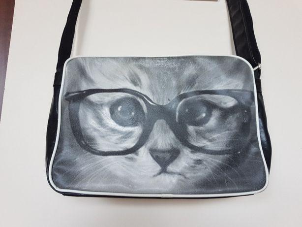 Torba A4 z kotem na ramię czarna kot w okularach ekoskóra na prezent