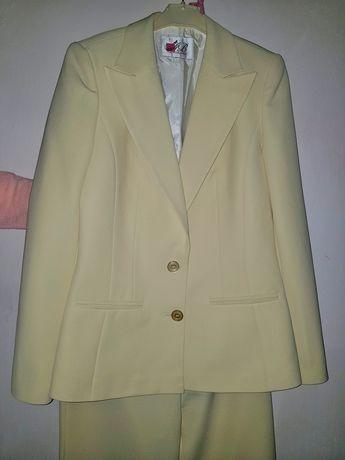 Ніжно жовтий костюм