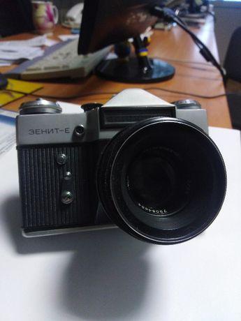 Фотоаппарат зеркальный Зенит-Е с объективом HELIOS 44-2 2/58