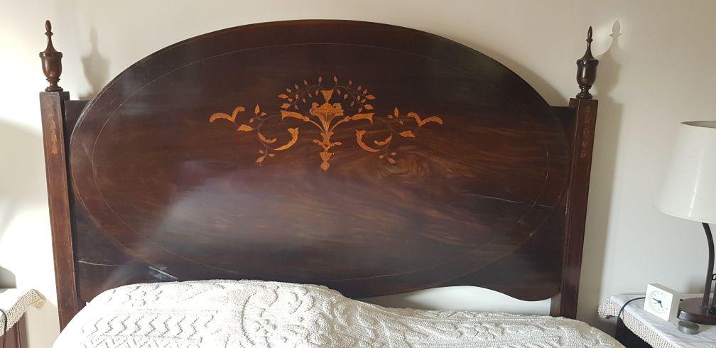 Quarto antigo-1 cama+2 mesas cabeceira+1 comoda+1 roupeiro+2 cadeiras
