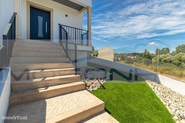 Moderna moradia V4, piso radiante, sistema VMC e garagem dupla, pátio