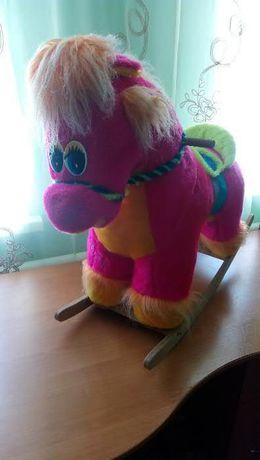 Розовая лошадка-качалка
