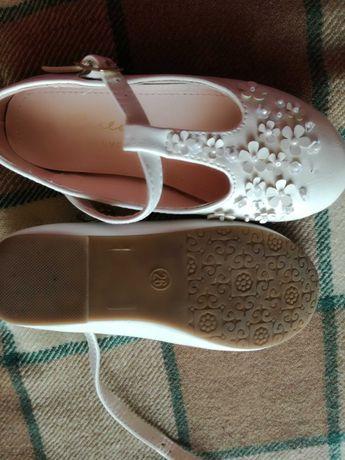 Biale buciki z paskiem dla dziewczynki r 26