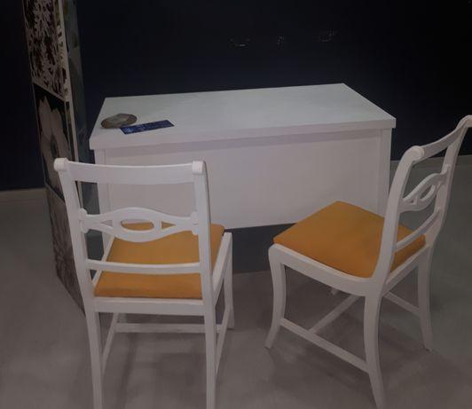 Secretaria e duas cadeiras