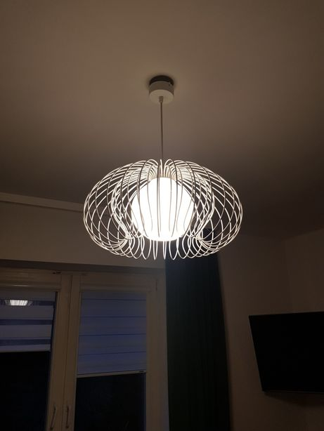 Lampa wisząca druciana biała z kloszem szklanym