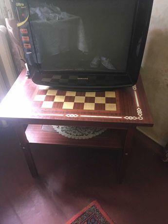 Столик шахматный, натуральное дерево.