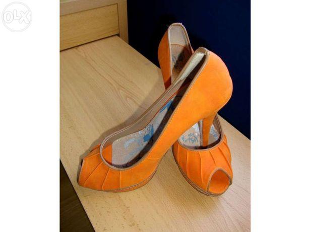Sapatos cor-de-laranja NOVOS
