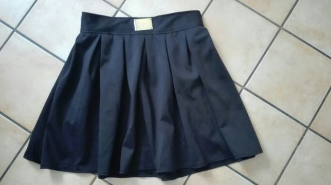 Elegancka czarna rozkloszowana spodnica