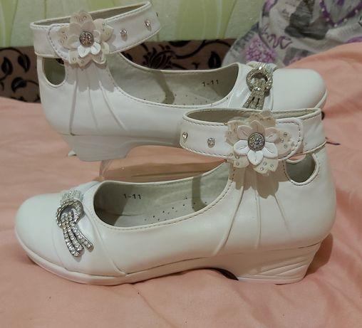 Праздничные белые туфли