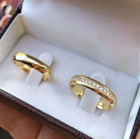 Para Lśniących Złotych Obrączek Ślubnych