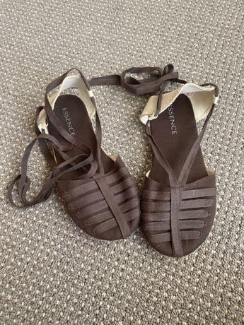 Brązowe letnie sandały, espadryle wiązane na kostce