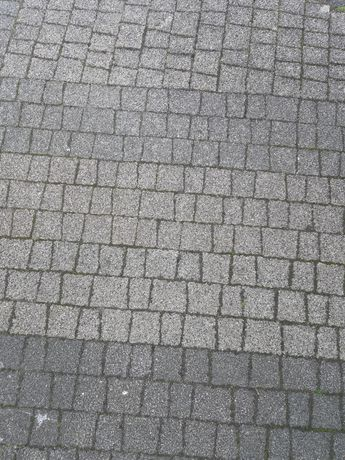 Kostka granitowa na sztuki szara odcienie także pojedyńcze dachówki