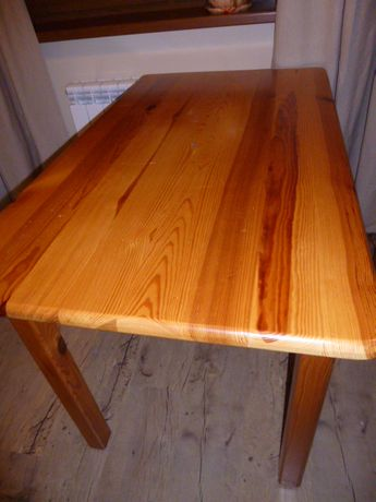 stół drewniany z sosny lakierowany