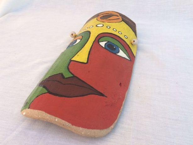 Máscara decorativa pintada à mão