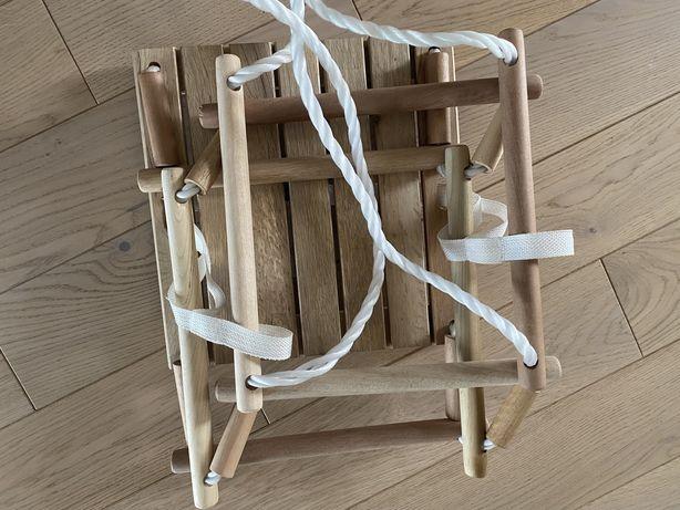 Drewniana huśtawka dla młodszych dzieci