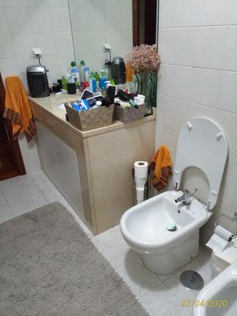 Portas com aro de armário wc.