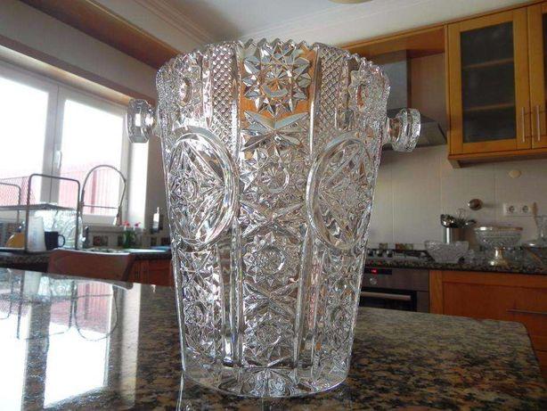 Lindíssimo balde para gelo, antigo, Cristal de Boémia, lapidado à mão