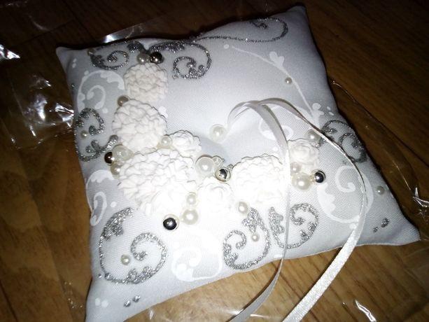 Подушечка для колец свадебная белого цвета.