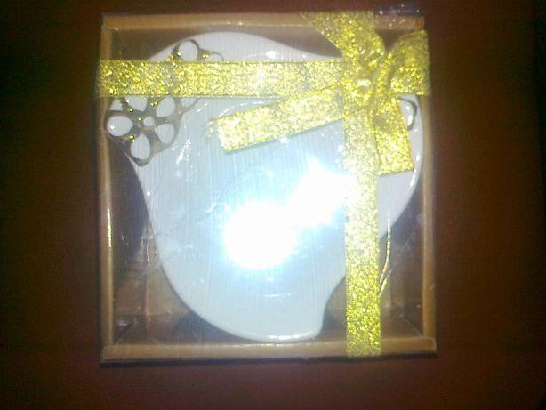 Для подарка керамическое блюдо Три цветка