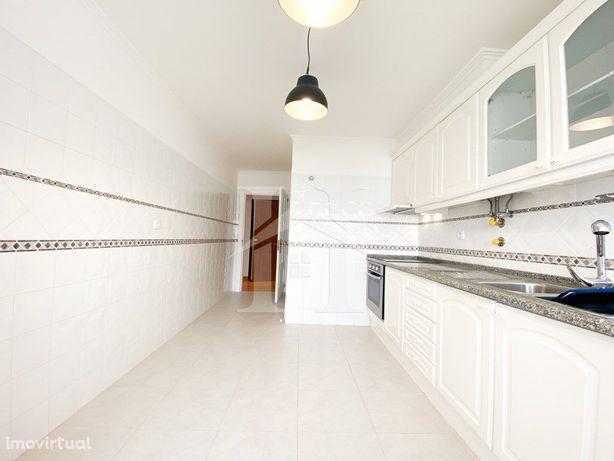 Apartamento T2 na Cavaleira com varanda e garagem