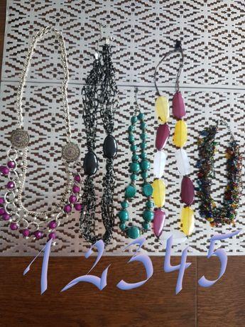 Naszyjniki, korale, sztuczna biżuteria