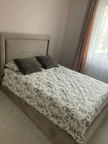 Łóżko tapicerowane ramka proste wysokie wezgłowie modern stelaż