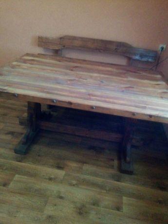 Столовый стол с двумя лавками.