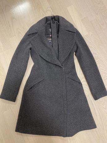 Шерстяное серое стильное пальто