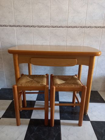 Mesa de madeira extensivel + 2 bancos