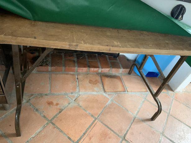 Mesa dobravel com 4 bancos de madeira