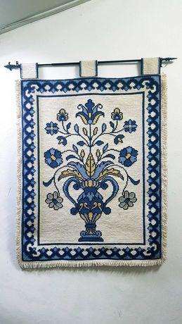 Textil em arraiolos (quadro/cortina)