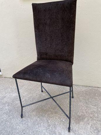 Cadeiras em ferro estofadas em castanho