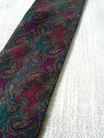 ciemny krawat z wzorem