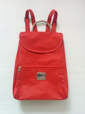 Czerwony plecak z ozdobnym uchwytem