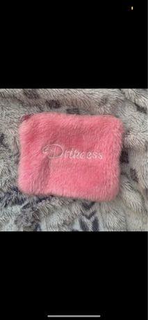 Różowy puchaty portfel