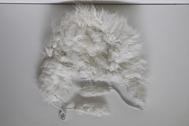 Biała zimowa czapka