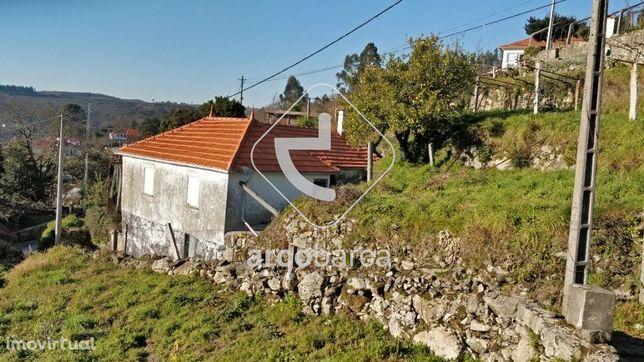 Moradia em Pedra com 2050m2 de terreno - Paredes de Coura