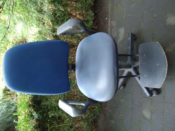 Krzesło biurowe obrotowe z podnóżkiem