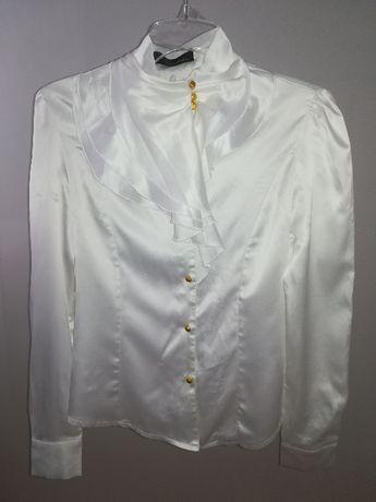 Kremowa elegancka koszula ze złotymi elementami