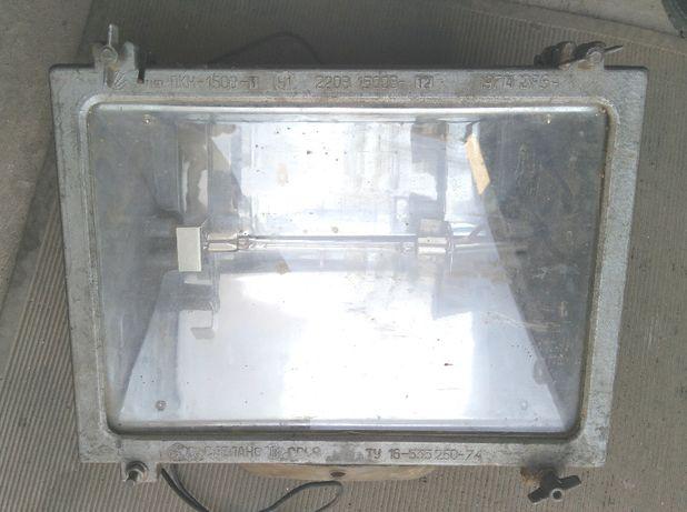 Прожектор с лампой 220 В.