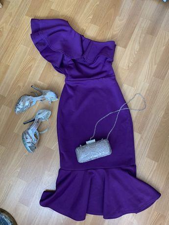 Платье фиолетового цвета, серебряные босоножки
