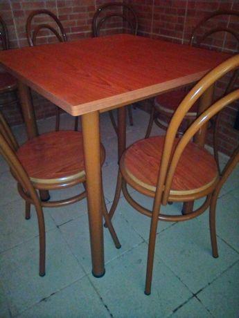 Mesa e cadeiras castanho
